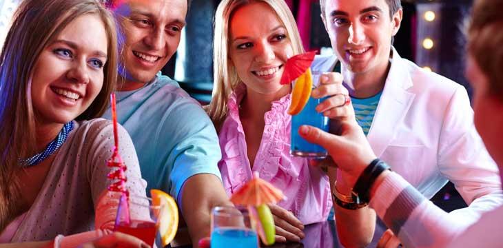 ragazzi che festeggiano al cocktail party