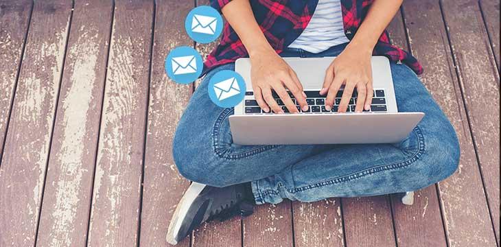 ragazzo che crea invito e-mail che converte i destinatari in partecipanti