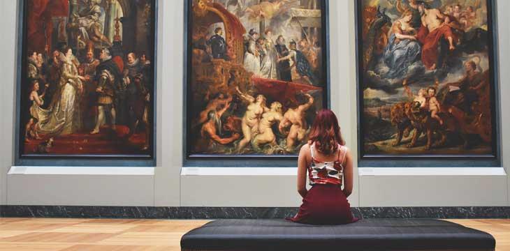 ragazza seduta ad una mostra