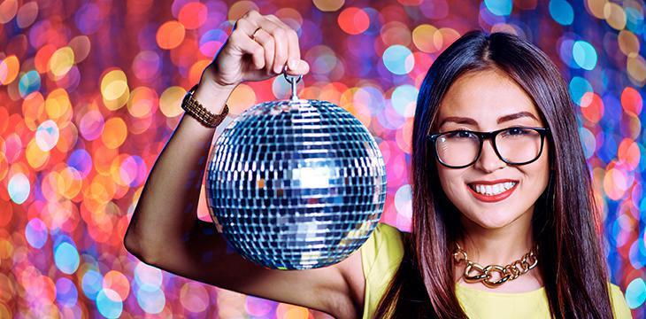 ragazza con sfera discoteca anni 70