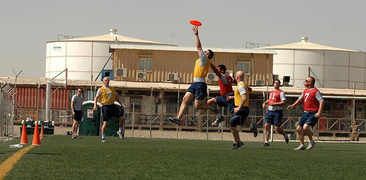 ragazzi che giocano ad ultimate frisbee