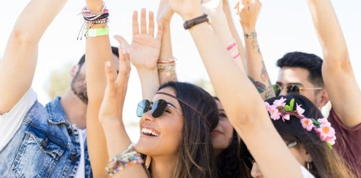 Ragazzi con mani in alto a Festival