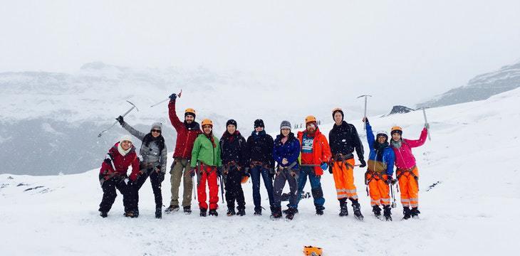 ragazzi che fanno un team building sulla neve