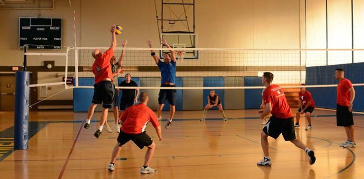 colleghi che giocano a pallavolo