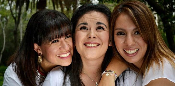 tre ragazze che sorridono durante addio al nubilato