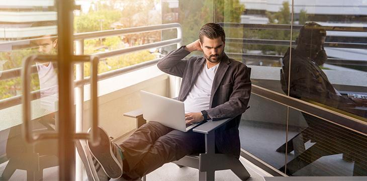 uomo che segue il bleisure, la nuova frontiera dei viaggi di lavoro