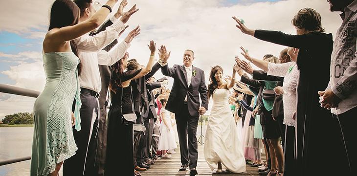 sposi che si spostano con musica per matrimonio