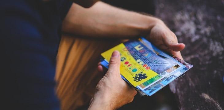 uomo che guarda biglietti d'ingresso per eventi