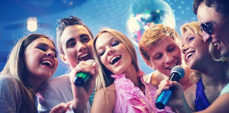 Ragazzi ad un karaoke party