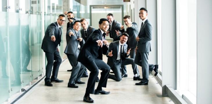 open day aziendale dove dei Businessmen sorridenti che indicano te