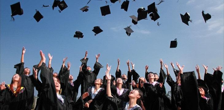 lancio del cappello di laurea