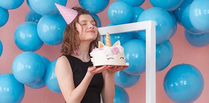 ragazza con torta 18 anni