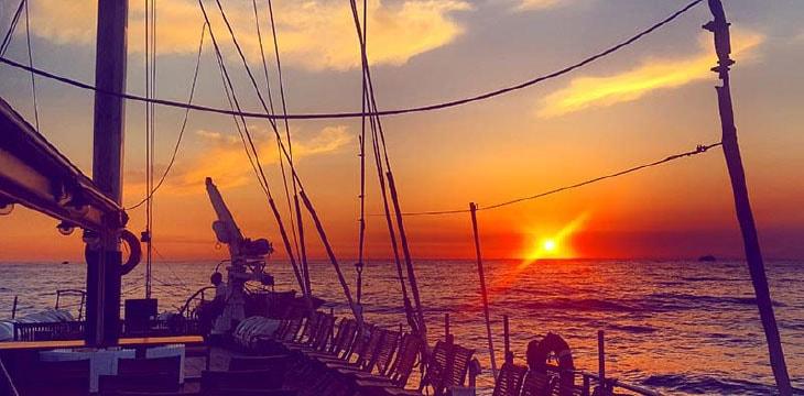 Prua Veliero Tortuga al tramonto