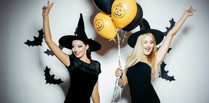 Due ragazze vestite per la festa di Halloween